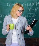 Zeit sich zu entspannen Lehrergetränktee oder Kaffee und Aufenthaltspositiv Entdeckungszeit sich zu entspannen und positiv zu ble lizenzfreies stockbild