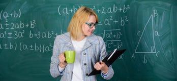 Zeit sich zu entspannen Lehrergetränktee oder Kaffee und Aufenthaltspositiv Entdeckungszeit sich zu entspannen und positiv zu ble stockfotos