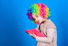 Zeit, Spa? zu haben Zirkusschule Studie hart L?cherliche Geschichte Lesen des lustigen Buches Literaturclub Witze buchen Konzept lizenzfreie stockfotos