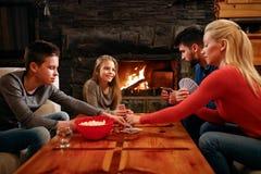 Zeit- Spielkarten der Eltern und der Kinder der Familie zu Hause stockfoto