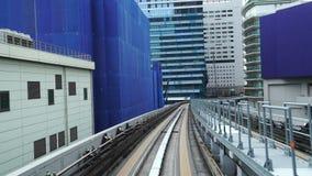 Zeit-Versehen der Landschaft eines Zugs, der auf Schiene von Yurikamome-Linie in Tokyo von Shimbashi-Station zu Odaiba reist stock video