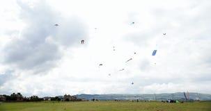 Zeit-Versehen des Fliegens vieler Drachen stock footage