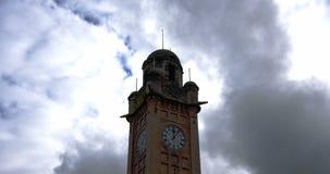 Zeit-Versehen des Glockenturms mit schwermütigen Wolken stock video footage