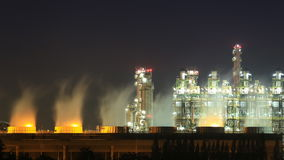 Zeit-Versehen 4k der Industrieanlage der Erdölraffinerie nachts, Thailand stock video