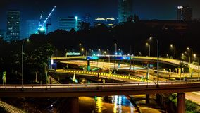 Zeit-Versehen 4K des Verkehrs auf Autobahnaustausch nachts in Kuala Lumpur Malaysia timelapse 4K stock video footage
