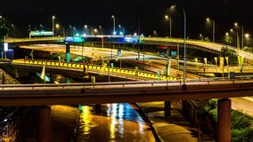 Zeit-Versehen 4K des Verkehrs auf Autobahnaustausch nachts in Kuala Lumpur Malaysia timelapse 4K stock footage
