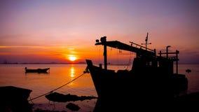 Zeit-Versehen 4K UHD des Sonnenuntergangs mit Bootsschattenbild in Meer stock footage