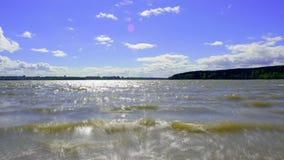 Zeit-Versehen mit Panoramakamerakamera Wolken bewegen sich über die Bucht des Sees, die Stadt ist auf dem Horizont landschaft stock footage