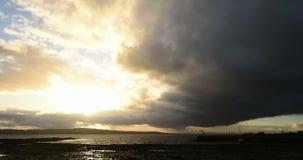 Zeit-Versehen von den Sturmwolken, die herein über Küsten rollen stock video