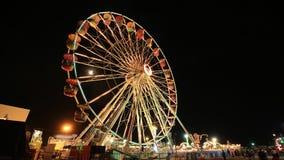 Zeit-Versehen von Ferris Wheel am Vergnügungspark an einer Nachtzeit stock footage