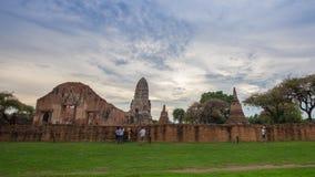 Zeit-Versehen von Ruinen von Wat Ratcha Burana-Tempel in historischem Park Ayutthaya, Thailand stock video footage