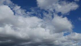 Zeit-Versehen weiße geschwollene Wolken mit klarem blauem Himmel (UltraHD 4K) stock footage