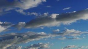 Zeit-Versehen weiße geschwollene Wolken mit klarem blauem Himmel (UltraHD 4K) stock video footage