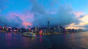 Zeit-Versehengesamtlänge von Hong Kong-Stadtskylinen mit den Stern-Kreuzfahrten, die vor vielen Hochhäusern sich bewegen stock video