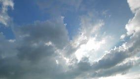 Zeit-Versehenhimmel mit hervorgehobenen Wolken Helligkeit vom Himmel stock video footage