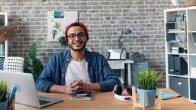 Zeit-Versehenporträt des bärtigen Manngeschäftseigentümers, der im Büro am Schreibtisch lächelt stock video footage