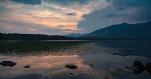 Zeit-Versehensonnenuntergang bis die blaue Stunde über dem See im Sommer stock video