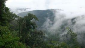 Zeit-Versehenwolken über den Bergen stock footage