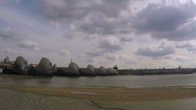 Zeit-Versehenwolken durch die Themse-Flut-Sperre stock footage