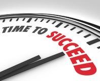 Zeit, Wörtern auf Uhr-erfolgreichem Ziel zu folgen Lizenzfreie Stockbilder
