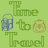Zeit, zu reisen Entwurfsdesignkarte mit Rucksäcken auf grünem Hintergrund Stockfotografie