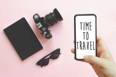 Zeit, zu reisen Text auf Schirm, Hand, die stilvolles schwarzes Telefon hält Stockfoto