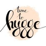 Zeit zur Hygge-Handbeschriftung auf rundem gekritzeltem Formhintergrund Lizenzfreie Stockbilder