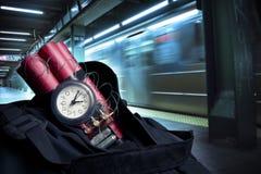 Zeitbombe innerhalb eines Rucksacks in einer U-Bahnstation lizenzfreies stockfoto