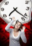 Zeitdruck auf einer Frau mit rotem Hintergrund Stockbild