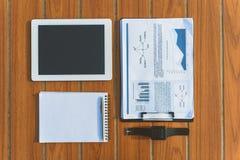 Zeitgenössische Computertechnologie und Papier auf Schreibtisch Lizenzfreie Stockbilder