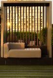 Zeitgenössische Couch auf Dachspitzengarten bei Sonnenuntergang Stockfoto