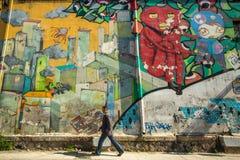 Zeitgenössische Graffitikunst auf Stadtmauern Stockbilder
