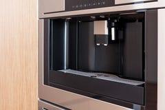 Zeitgenössische Küche mit aufgebaut in der Kaffeemaschine lizenzfreie stockbilder