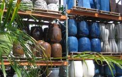 Zeitgenössische Pflanzer gestapelt in den hellen Farben Lizenzfreies Stockbild