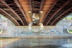 Zeitgenössische Skulptur unter der Brücke in Vilnius Stockfoto