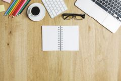 Zeitgenössische Tischplatte mit Gerät und Versorgungen Lizenzfreie Stockfotos