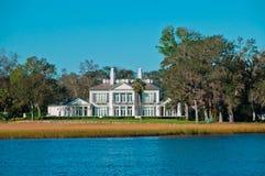 Zeitgenössische Ufergegend-Villa lizenzfreies stockbild