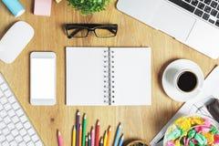 Zeitgenössischer Arbeitsplatz mit Gerät und Versorgungen Lizenzfreie Stockbilder