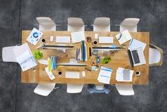 Zeitgenössischer Bürotisch mit Ausrüstungen und Stühlen stockbilder