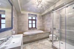 Zeitgenössischer Badezimmer-Innenraum Stockbild