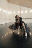 Zeitgenössischer Balletttänzer auf einem Holzstuhl auf einer Wiederholung stockfotografie
