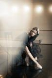 Zeitgenössischer Balletttänzer auf einem Holzstuhl auf einer Wiederholung lizenzfreie stockfotos