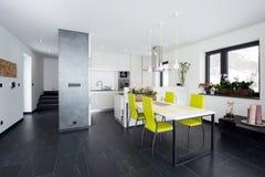 Zeitgenössischer Kücheninnenraum Lizenzfreies Stockfoto