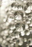 Zeitgenössischer Kristallleuchter Stockfoto