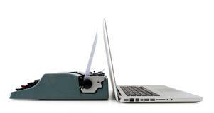 Zeitgenössischer Laptop gegen alte Schreibmaschine Stockbilder
