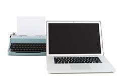 Zeitgenössischer Laptop vor einer alten Schreibmaschine Stockfotografie