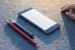 Zeitgenössischer moderner Smartphone auf Steinvollendenhintergrund Stockbild