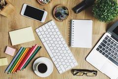 Zeitgenössischer Schreibtisch mit Gerät und Versorgungen Lizenzfreie Stockfotografie