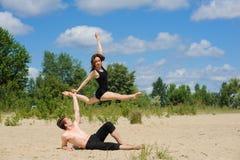 Zeitgenössischer Tanz Junges Paar-Tanzen Lizenzfreie Stockbilder