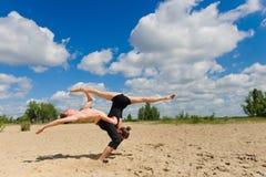 Zeitgenössischer Tanz Junges Paar-Tanzen Stockbilder